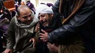 أقرباء الأقباط المصريين الذين قتلوا على يد الدولة الإسلامية بعد سماع الأنباء، 16 فبراير 2015 (MOHAMED EL-SHAHED / AFP)