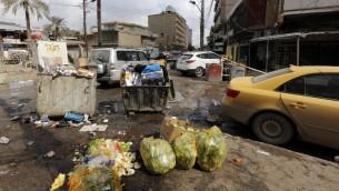 القمامة المتجمة على الرصيف في بغداد، 21 فبراير 2015 (SABAH ARAR / AFP)