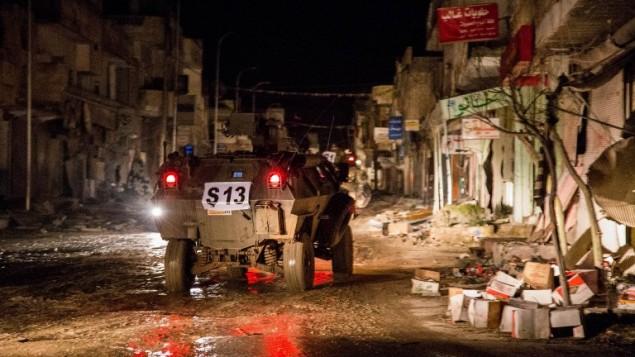 مركبة عسكرية تركية تجول في شوارع كوباني (عين العرب) السورية خلال عملية لاخلاء ضريح سليمان شاه، 21 فبراير 2015 (DICLE NEWS AGENCY / AFP)