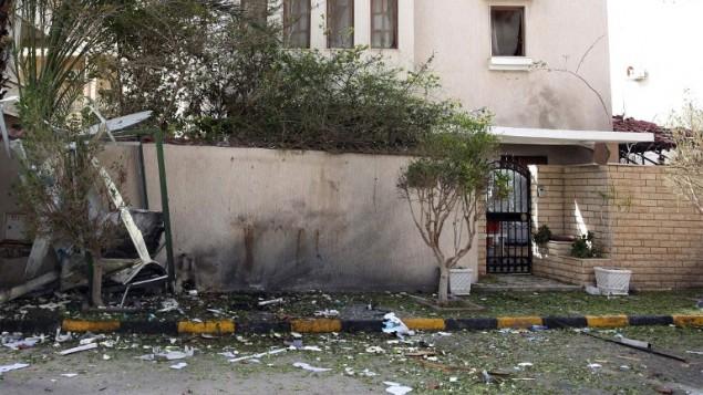 مقر اقامة السفير الايراني بطرابلس بعد االتفجير في 22 فبراير 2015 (STR / AFP)