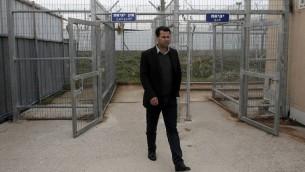 الناشط الفلسطيني البارز ورئيس اللجنة الشعبية في بلعين عبد الله أبو رحمة يصل محكمة عوفر العسكرية الإسرائيلية، بالقرب من مدينة رام الله بالضفة الغربية لمحاكمته في 23 فبراير عام 2015 AFP PHOTO / AHMAD GHARABLI