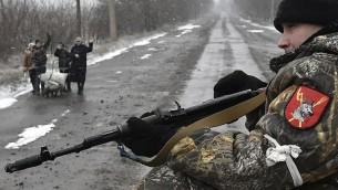 مقاتل متمرد داعم لروسيا في اوكرانيا، 9 فبراير 2015 (DOMINIQUE FAGET / AFP)