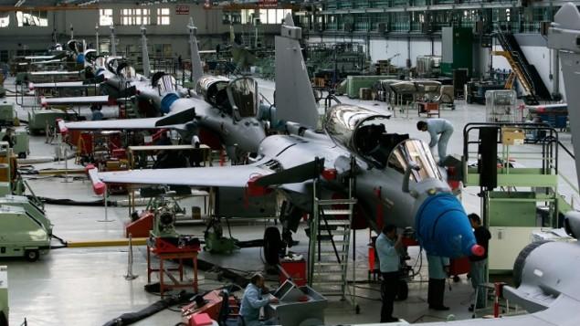 عملية صناعة طائرات رافال الفرنسية، 11 ابريل 2006 (JEAN-PIERRE MULLER / AFP)