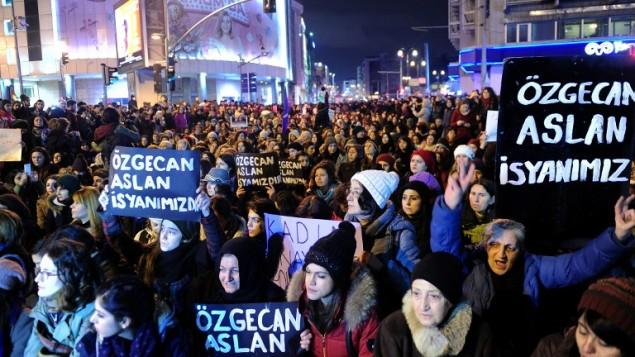"""نساء تهتف وتحمل لافتات عليها """"اوزغيكان اصلان هي ثورتنا"""" خلال مظاهرة في اسطنبول، 14 فبراير 2015 (OZAN KOSE / AFP)"""
