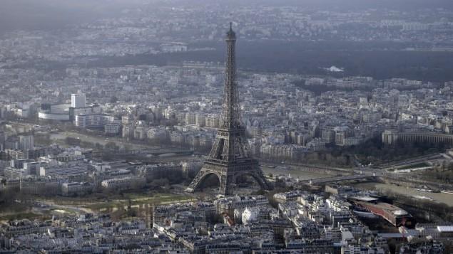 صورة توضيحية للتصوير من الطائرات المسيرة في باريس (KENZO TRIBOUILLARD / AFP)