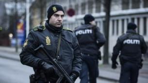 شرطي يراقب الشوارع بالقرب من محطة القطار في نوبيرو في كوبنهاغن، 15 فبراير 2015 (CLAUS BJORN LARSEN / AFP)