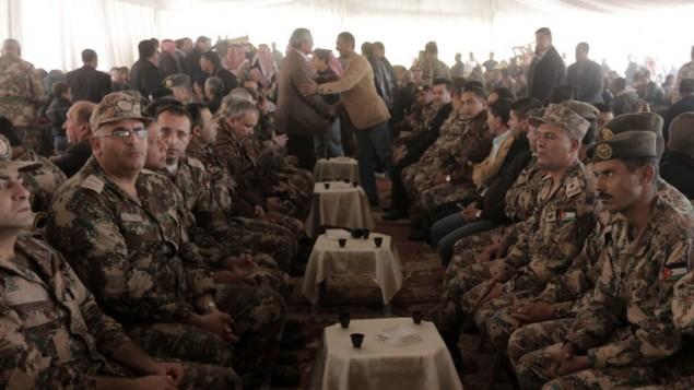 ضباط الجيش الأردني الكبار يجتمعون خلال مراسيم الحداد للطيار الأردني معاذ  الكساسبة، الذي قتل على يد الدولة الإسلامية بواسطة الحرق حيا بتاريخ 3 فبراير 2015 AFP PHOTO / KHALIL MAZRAAWI