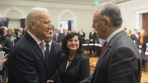 نائب رئيس الولايات المتحدة جو بايدن يلتقي برئيس بلدية روتردام احمد ابو طالب خلال افتتاح قمة البيت الأبيض لمحاربة التطرف في العالم، 17 فبراير 2015 (SAUL LOEB / AFP)