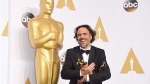 أليخاندرو غونزاليس انياريتو، مخرج فيلم بيردمان الفائز على ثلاثة جوائز اوسكار وهي أفضل سيناريو أصلي، أفضل مخرج، وأفضل فيلم، في غرفة الإعلام، 22 فبراير 2015 (Jason Merritt/Getty Images/AFP)