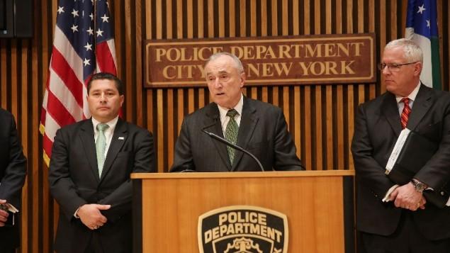 مفوض شرطة نيويورك بمؤتمر صحفي حول اعتقال الشبان الثلاثة بتهمة دعم تنظيم الدولة الإسلامية (SPENCER PLATT / GETTY IMAGES NORTH AMERICA / AFP)