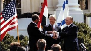 الرئيس المصري انور السادات، الرئيس الأمريكي جيمي كارتر، ورئيس الوزراء الإسرائيلي منحام بيغن في البيت الأبيض وقت توقيع اتفاقية السلام بين مصر واسرائيل/ 26 مارس 1979 (courtesy of Jimmy Carter Library, Flickr)