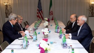 وزير الخارجية الأمريكي جون كيري ووزير الطاقة الأمريكي ايرنست مونيز يجلسان امام وزير الخارجية الإيراني محمد جواد ظريف وعلي اكبار صالحي في جنيف، 22 فبراير 2015 (US State Department)