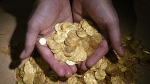 كنز من القطع النقدية الذهبية، وجد امام ساحل قيسارية Clara Amit, courtesy of the Israel Antiquities Authority