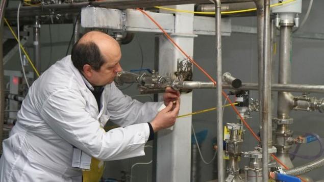 مفتش لوكالة الطاقة النووية الدولية في المفاعل النووي في نطنز جنوبي طهران، 20 يناير 2014 (Kazem Ghane/IRNA/AFP)