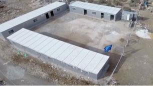 صورة للمدرسة في المنطقة C التي تحمل علم الاتحد الاوروبي (مقدمة من   Regavim)
