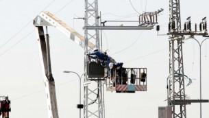 عامل صيانة في شركة الكهرباء يعمل على خطوط الكهرباء (فلاش 90)