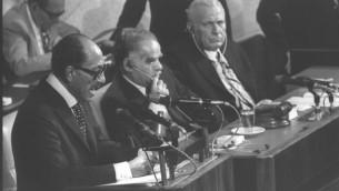 الرئيس المصري انور السادات يقدم خطابا في الكنيست في القدس، 20 نوفمبر 1977 (Flash90)