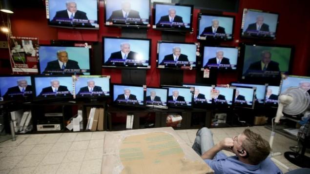 بث خطاب رئيس الوزراء الاسرائيلي بنيامين نتنياهو في متجر للالكترونيات في القدس، 14 يونيو 2009  Abir Sultan/ Flash 90