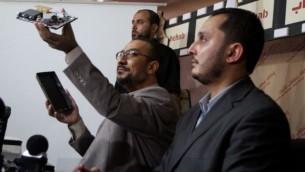 مسؤولو حماس في غزة  يعرضون المعدات التي استخدمها  المتعاونين الذين تم القبض عليهم ، 23 سبتمبر 2010 Wissam Nassar/Flash90