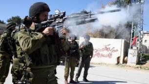 صورة توضيحية لجنود في الجيش الاسرائيلي قرب بيت لحم  (Najeh Hashlamoun/Flash90)