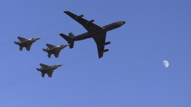 صورة توضيحية لطائرات حربية اسرائيلية، خلال عرض جوي بحفل تخريج طيارين اسرائيليين في قاعدة جوية في النقب، 28 يونيو 2012 (Tsafrir Abayov/Flash90)