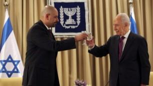 وليد عبيدات (يسار)، السفير الاردني الى اسرائيل، مع شمعون بيريس، رئيس اسرائيل آنذاك، في منزل الرئيس في القدس، 17 اكتوبر 2012 (Yoav Ari Dudkevitch/FLASH90)