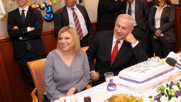 رئيس الوزراء بنيامين نتنياهو وزوجته سارا يحتفلان بعيد ميلاد في مكتب رئيس الوزراء في القدس، 21 اكتوبر 2012 (Avi Ohayon/GPO/Flash90)