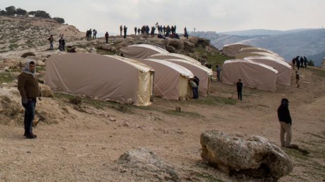نشطاء فلسطينيون يقيمون 'بلدة' باسم باب الشمس في منطقة تقع بين القدس ومستوطنة معاليه ادوميم، يناير 2013 (Flash90)