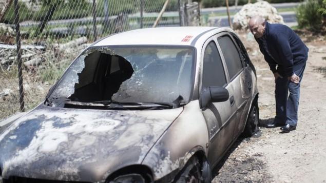 """صورة توضيحية لسيارة حرقت بهجوم """"تدفيع ثمن"""" ضد فلسطينيين يونيو 2013 (فلاش 90)"""
