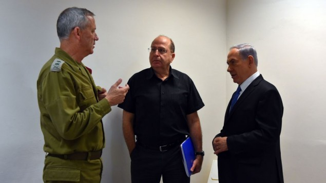 وزير الدفاع موشيه يعالون خلال الحرب في غزة، صيف 2014 (Ariel Hermoni/Defense Ministry/Flash90)
