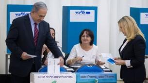 بنيامين نتنياهو وزوجته سارا يصوتان في الانتخابات التمهيدية لحزب الليكود، 31 ديسمبر 2014 (Miriam Alster/Flash90)