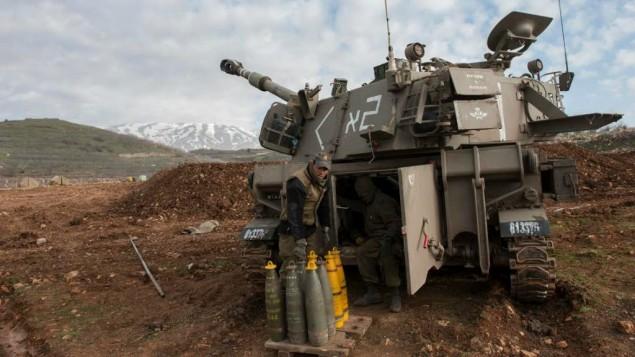 جنود اسرائيليون يتهيؤون للرد بالقصف على هجوم لحزب الله على دورية اسرائيلية ادى الى مقتل جنديين في منطقة مزارع شبعا على الحدود الشمالية مع لبنان، 28 يناير 2015 (IDF Spokesperson)