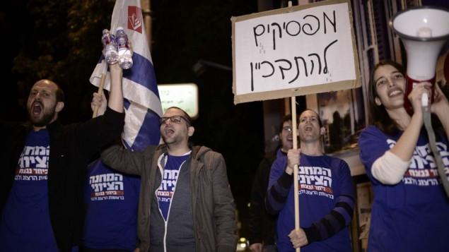 أنصار المخيم الصهيوني يتضاهرون ضد رئيس الوزراء بنيامين نتنياهو، تل أبيب، 1 فبراير 2015 (فلاش90)