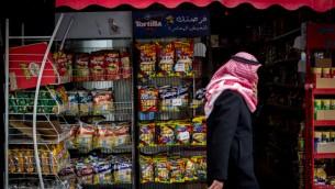دكان بالضفة الغربية يبيع منتوجات اسرائيلية، 11 فبراير 2015 (Miriam Alster/Flash 90)