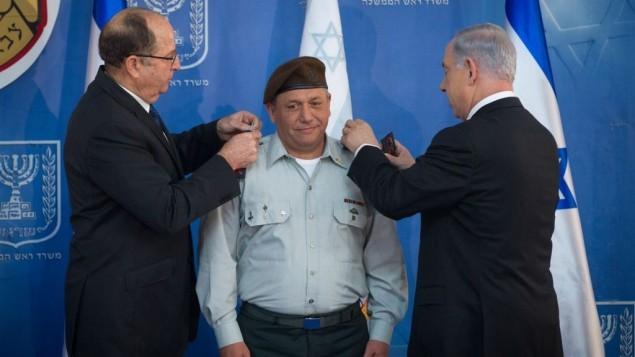 رئيس هيئة اركان الجيش الإسرائيلي الجديد غادي آيزنكوت مع رئيس الوزراء بنيامين نتنياهو ووزير الدفاع موشيه يعالون في حفل في القدس، 16 فبراير 2015 (Miriam Alster/FLASH90)