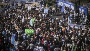 """طلاب في مدرسة """"بليخ"""" الثانوية يجرون حملات انتخابية للاحزاب المختلفة خلال خلال يوم الانتخابات الوهمي، 22 فبراير 2015 (Flash90)"""