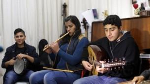 اعضائ فرقة التخت الشرقي يتدربون بمدرسة ادوارد سعيد للموسيقى في مدينة غزة، 9 فبراير 2015 (AFP/Mahmud Hams)