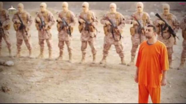 صورة شاشة من فيديو نشرته الدولة الاسلامية لحرق معاذ كساسبة حيا، الطيار الاردني (يوتوب)