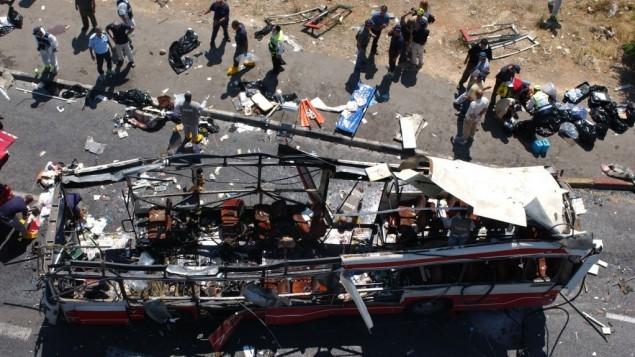 الشرطة وقوات الاسعاف في ساحة هجوم انتحاري على حافلة  بالقرب من حي جيلو بالقدس خلال الانتفاضة الثانية، 18 يونيو 2002   (فلاش 90)