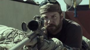 """صورة من فيلم """"اميركان سنايبر"""" (القناص الأمريكي) للمخرج كلينت ايستوود (Trailer; YouTube screen capture)"""