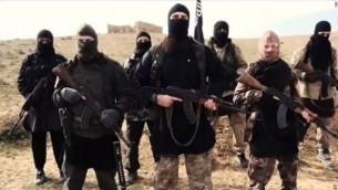 صورة شاشة من شريط فيديو نشرته الدولة الإسلامية بالفرنسية  قد يظهر مشتبه بالإرهاب الهارب الحياة بومدين (في الصف الأمامي يمين) YouTube/24/7 News online