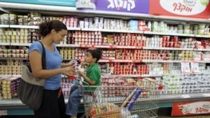 تعلن السلطة الفلسطينية عن مقاطعة جديدة للمنتجات الإسرائيلية، من ضمنها منتجات شتراوس (Nati Shohat/FLASH90)