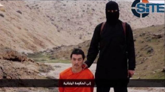 صورة من فيديو نشره تنظيم الدولة الاسلامية لإعدام الصحفي الياباني كينجي غوتو في 1 فبراير 2015 (YouTube screen capture)