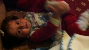 الطفلة اللاجئة العراقية مسيحية ابنة ال 18 شهر في مستشفى شيفيت اخيم في القدس، فبراير 2015 (طاقم تايمز اوف اسرائيل)