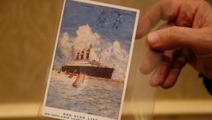 بطاقة بريدية تم بيعها بمبلغ 56,250$ في مزاد علني في بوستون، كتبها البرت اينشتاين خلال زيارته لفلسطين عام 1923 (Jared Wickerham/The Times of Israel)
