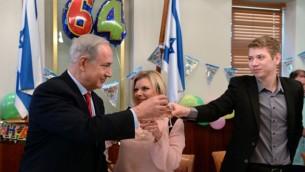 رئيس الوزراء بنيامين نتنياهو مع زوجته سارة وابنهما يائير، يحتفل بعيد ميلاده ال64، في مكتب رئيس الوزراء في القدس، 20 أكتوبر 2013  (فلاش90)