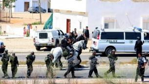 صورة توضيحية لوجود شرطة خلال مظاهرة في رهط (فلاش 90)
