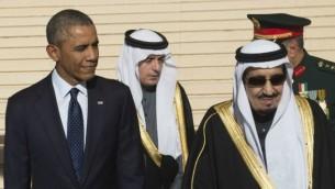 الرئيس الامريكي باراك اوباما مع الملك السعودي الجديد سلمان في مطار الرياض 27 يناير 2015 AFP/ SAUL LOEB
