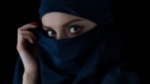استولى الهاكرز السوريون على صور فضائية، قوائم اسلحة، لوائح اعضاء، واسماء وتواريخ ولادة المقاتلين، بالإضافة الى امور اخرى. (صورة توضيحية لامرأة via Shutterstock)