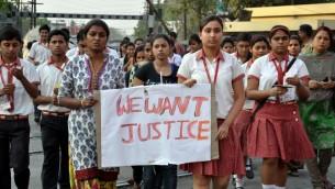 طالبات في مدرسة دير يسوع ومريم في مدينة راناغات يتظاهرن ضد الاغتصاب الجماعي لراهبة عمرها 71 عاما خلال عملية سطو على دير، 14 مارس 2015 (AFP PHOTO)